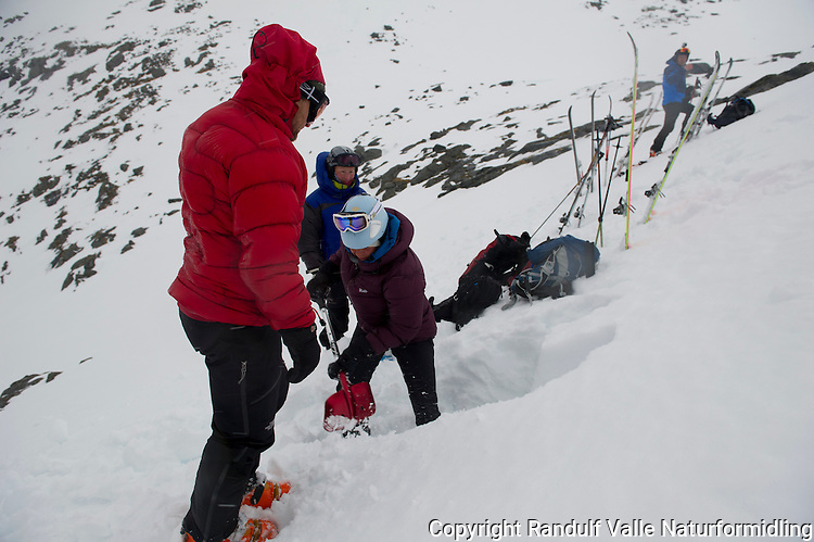 Skiløpere graver snøprofil for å sjekke skredfare. ----- Skiers digging snow profile to check acalanche risk.