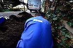 ZEIST - Medewerker van technische dienstverlener Imtech gekleed in bedrijfskleding met logo met bedrijfsnaam, in een bouwputje bezig met electriciteitsdraden montage voor nieuwe verlichting. COPYRIGHT TON BORSBOOM