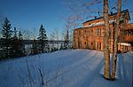 Hotel sur le bord du Saguenay Quebec en hiver. Canada.