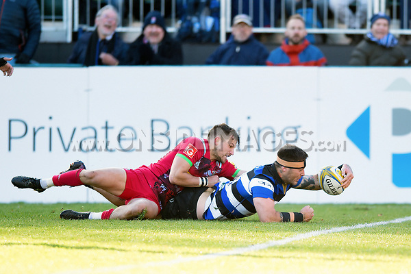 Matt Banahan of Bath Rugby reaches for the try-line. Aviva Premiership match, between Bath Rugby and Harlequins on November 25, 2017 at the Recreation Ground in Bath, England. Photo by: Patrick Khachfe / Onside Images