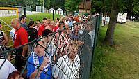 erster Pressetermin Rasenballsport e.V. Leipzig RB Leipzig Red Bull - Stadion am Bad in Markranstädt - im Bild: reges Interesse auch bei der Öffentlichkeit, die jedoch nur vom Zaun aus zuschauen durfte . Foto: Norman Rembarz..