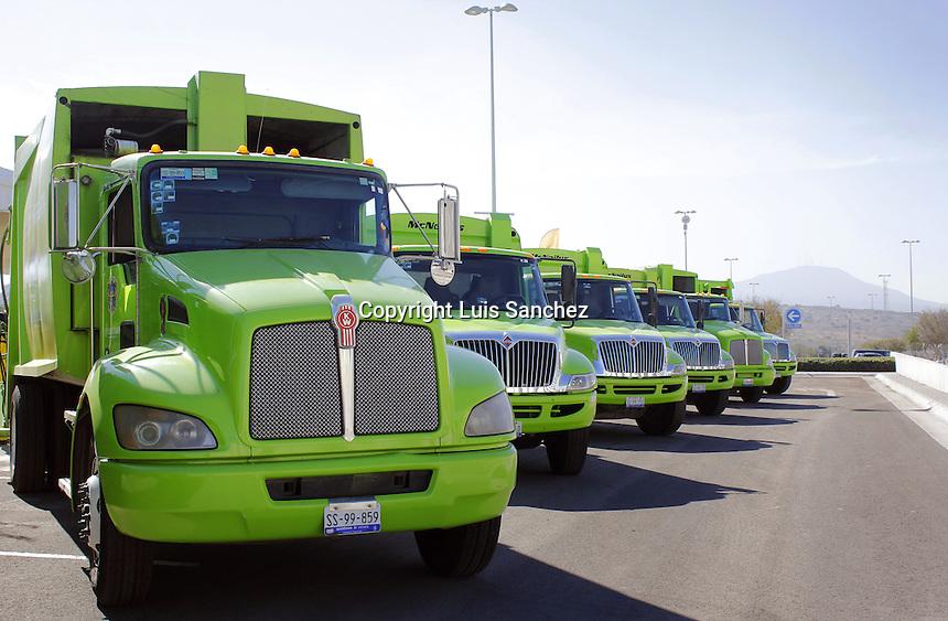 Querétaro, Qro. 8 de diciembre de 2016.- Nuevos equipos de recolección de poda, servicios especiales y barrido manual fueron entregados por parte del alcalde capitalino Marcos Aguilar.