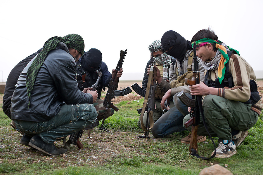 SYRIA: ASL fighters gather to study a plan of attack of a cementery where Deash is and a few km from the town of Tal Abyad.<br /> <br /> SYRIA: Des combattants de l'ASL se r&eacute;unissent afin d'&eacute;tudier un plan d'attaque d'une cimenterie occup&eacute;e par Deash et &agrave; quelques km de la ville de Tal Abyad.
