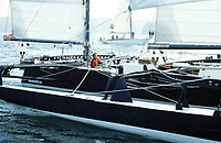 Première Route du Rhum, 1978. Départ du port de Saint-Malo, Alain Colas sur Manureva, ex-Pen Duick IV.