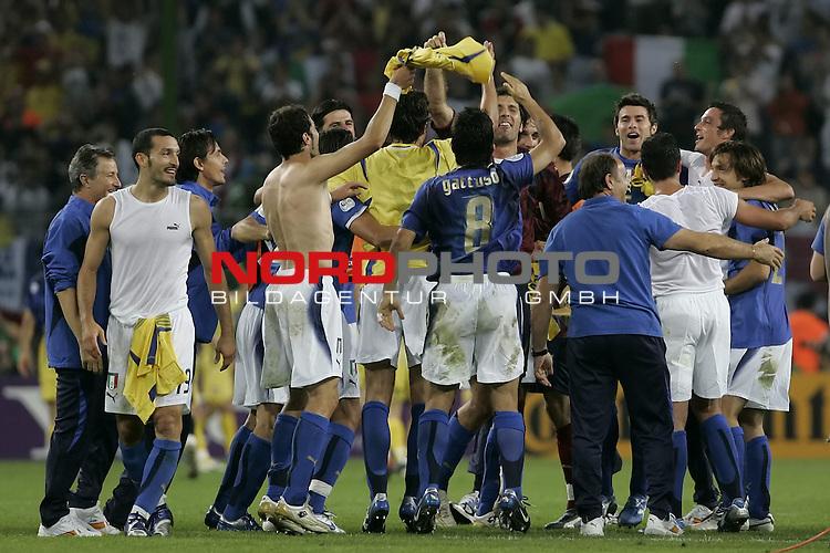 FIFA WM 2006 -  Viertelfinale <br /> Play    #58 (26-Jun) - Italien - Ukraine<br /> <br /> Die Mannschaft aus Italien feiert den Sieg und den Einzug ins Halbfinale<br /> <br /> Foto &copy; nordphoto