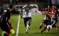 SÃO PAULO, SP, 07 DE MARÇO DE 2012 - TAÇA LIBERTADORES DA AMÉRICA - CORINTHIANS x NACIONAL (PAR) - Edenilson (C) jogador do Corinthians durante lance de partida diante do Nacional (PAR)  pela 2ª rodada do grupo 6 da Taça Libertadores da América, no Estadio Paulo Machado de Carvalho (PACAEMBU) na noite desta quarta, 07. FOTO: WILLIAM VOLCOV - BRAZIL PHOTO PRESS