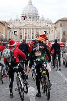 20121216 Babbi Natale in bicicletta a San Pietro