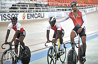 CALI - COLOMBIA - 14-01-2015: Integrantes del equipo de Trinidad y Tobago, durante entrenamiento en el Velodromo Alcides Nieto Patiño, sede de la III Copa Mundo UCI de Pista de Cali 2014-2015  / Members of the Trinidad y Tobago,  team, during a training at the Alcides Nieto Patiño Velodrome, home of the III Cali Track World Cup 2014-2015 UCI. Photos: VizzorImage / Luis Ramirez / Staff.