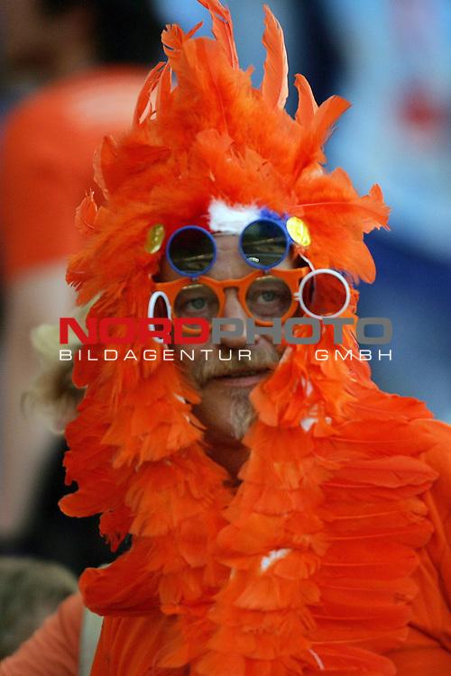 FIFA WM 2006 -  Gruppe C Vorrunde ( Group C )<br /> Play     #37 (21-Jun) - Niederland ( Holland ) - Argentinien<br /> <br /> Fan der Niederlande hat f&uuml;r den besseren Durchblick mehrere Brillengestelle und H&auml;uptlingsper&uuml;cke.<br /> <br /> Foto &copy; nordphoto