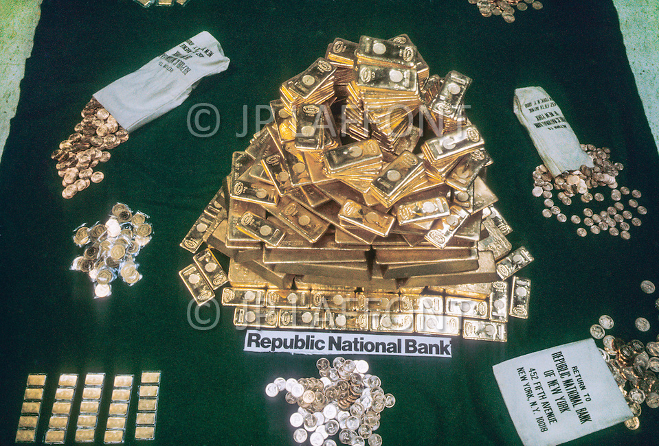New York, NY. January 6th, 1975. Oficially from December 1974 on americans will be able to buy gold for the first time in 41 years. The forecast is that americans are going to buy at least 280 tons of gold during the month of January and for the coming year the purchases will attain the figures of 500 million dollars. The United States is back on the gold standard.
