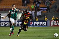 ATENÇÃO EDITOR: FOTO EMBARGADA PARA VEÍCULOS INTERNACIONAIS - SÃO PAULO, SP, 06 DE SETEMBRO DE 2012 - CAMPEONATO BRASILEIRO - PALMEIRAS x SPORT: Luan (e) e Hugo (d) durante partida Palmeiras x Sport Recife, válida pela 22ª rodada do Campeonato Brasileiro no Estádio do Pacaembú. FOTO: LEVI BIANCO - BRAZIL PHOTO PRESS