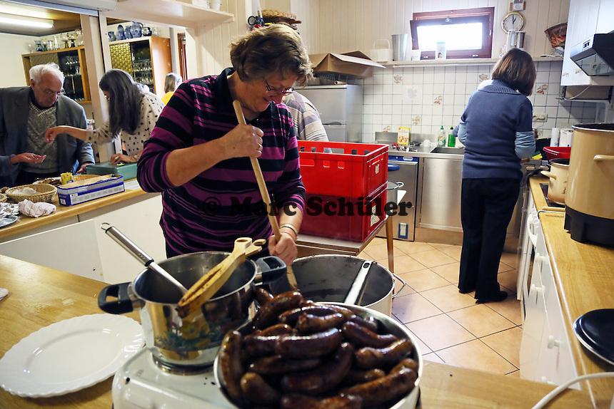 Irmgard Schröder hilft in der Küche den Schwarzen Brei für die Schlachtplatte zuzubereiten