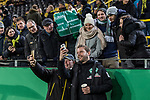 05.02.2019, Signal Iduna Park, Dortmund, GER, DFB-Pokal, Achtelfinale, Borussia Dortmund vs Werder Bremen<br /> <br /> DFB REGULATIONS PROHIBIT ANY USE OF PHOTOGRAPHS AS IMAGE SEQUENCES AND/OR QUASI-VIDEO.<br /> <br /> im Bild / picture shows<br /> Florian Kohfeldt (Trainer SV Werder Bremen) mit Selfie vor Spielbeginn, auf Trib&uuml;ne Fans mit Plakat &quot;Florian: Tausche Kaugimmis gegen Autogramm!&quot;, <br /> <br /> Foto &copy; nordphoto / Ewert