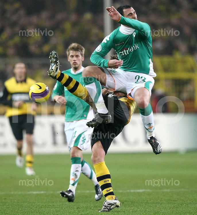 Fussball   DFB POKAL    Achtelfinale   Saison 2007/2008       Borussia Dortmund  2-1  SV Werder Bremen                 29.01.2008 Hugo Almeida (Bremen,oben)  gegen Sebastian Kehl (Dortmund) beobachtet von Aaron Hunt (Bremen,hinten)