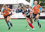 HUIZEN  -   Amber Folmer (HUI) met Leoniek Koning (Gro)  , hoofdklasse competitiewedstrijd hockey dames, Huizen-Groningen (1-1)   COPYRIGHT  KOEN SUYK