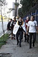 SÃO PAULO, 04 DE JULHO, 2012 - COMPRA DE INGRESSOS ANHEMBI LIBERTADORES - Movimentação de torcedores na compra de ingressos para a Final da Copa libertadores da América, Corinthians x Boca Jrs. - Parque Anhembi - nessa quarta-feira, 04 - FOTO LOLA OLIVEIRA - BRAZIL PHOTO PRESS
