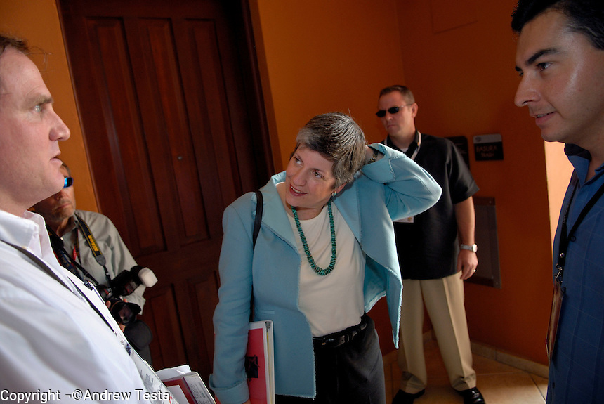 Mexico. Puerto Penasco.27th September 2007.Governor Janet Napolitano being briefed by two of her advisers (names to follow)©Andrew Testa/Panos for Ne..wsweek