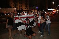 SÃO PAULO - SP -  13 DE DEZEMBRO 2012. Torcedores do São Paulo Futebol Clube comemoram o título da Copa Sul Americana, causando trânsito e tumulto na Avenida Paulista, em São Paulo (SP), na madrugada desta quinta-feira (13). Policiais militares acompanha a festa. A equipe do São Paulo se tornou campeã do torneio após negativa dos jogadores do time argentino Tigre, de retornarem ao campo para o segundo tempo, de acordo com atletas, eles teriam sido intimidados por seguranças armados do Morumbi. Foto: Mauricio Camargo/Brazil Photo Press.