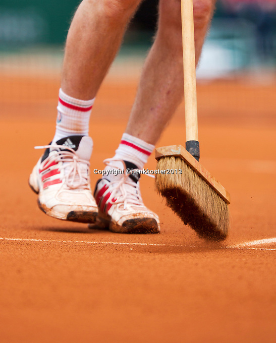 30-05-13, Tennis, France, Paris, Roland Garros, Court attendant sweeping claycourt lines with broom