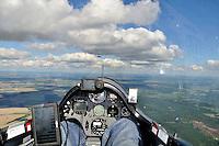 Wolkenstrasse: EUROPA, DEUTSCHLAND, MECKLENBURG VORPOMMERN, (EUROPE, GERMANY), 05.09.2010: Segelflugzeug, Cockpit,  fliegen, Segelflug,   Aussenansicht, Haube, Instrumente, Luftbild, Luftansicht, Ausblick, Aussicht, ASH 26 E, Wolkenstrasse, Ausblick, steuern.