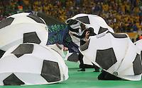 RIO DE JANEIRO, 30.06.2013 - COPA DAS CONFEDERAÇÕES - FINAL - BRASIL X ESPANHA -  Dancarinos realizam protesto durante cerimonia de encerramento da Copa das Confederações Estádio do Maracanã, na zona norte do Rio de Janeiro, neste domingo, 30. (Foto: Vanessa Carvalho / Brazil Photo Press)