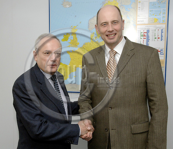 Brussels-Belgium - 21 March 2006---Jacques BARROT (le), Vice-President of the European Commission and as European Commissioner in charge of Transport, receives Wolfgang TIEFENSEE (ri), German Federal Minister for Transport, Building and Urban Development, at the headquarters of the EC---Photo: Horst Wagner/eup-images