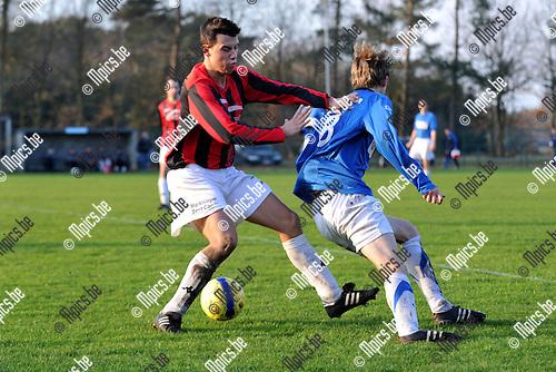 2012-01-15 / voetbal / seizoen 2011-2012 / FC Gierle - Punt Larum / Sam Baeyens (r) (Gierle) draait weg van Niels Cuypers (l) (Punt Larum)