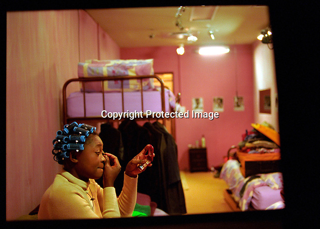 dipebig00013 Personality. Cherise Makubale of Zambia putting makeup on, in her bedroom on July 20, 2003 on the Big Brother Africa set.  .©Per-Anders Pettersson/iAfrika Photos