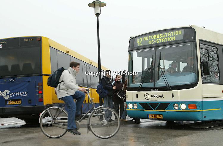 Foto: VidiPhoto..DRUTEN - De passagiers van de vervoersmaatschappijen Arriva en Hermes moeten bij het busstation in Druten overstappen op de bussen van het andere bedrijf om verder vervoerd te kunnen worden.