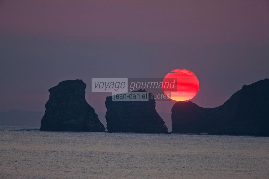 Europe/France/Aquitaine/64/Pyrénées-Atlantiques/Pays-Basque/Hendaye: Les rochers dits: les jumeaux au bout de la plage d'Hendaye constituent le prolongement de la Corniche Basque - vus à l'aube