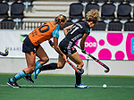 AMSTELVEEN  - Maria Verschoor (A'dam) met Marle Brenkman (Gro) .  Hoofdklasse hockey dames ,competitie, dames, Amsterdam-Groningen (9-0) .     COPYRIGHT KOEN SUYK