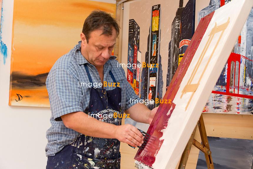 JEAN-DENIS LEJEUNE PEINT DANS SON ATELIER - &quot; Je suis un artiste qui se d&eacute;couvre &quot;. Il y a une dizaine d'ann&eacute;es, Jean-Denis Lejeune s'est trouv&eacute; une passion pour la peinture. Aujourd'hui, il expose ses oeuvres au profit de son asbl Objectif&Ocirc;, qui fournit de l'eau potable dans les pays en d&eacute;veloppement.<br /> Fl&eacute;malle, 19 octobre 2013. Photos exclusives.