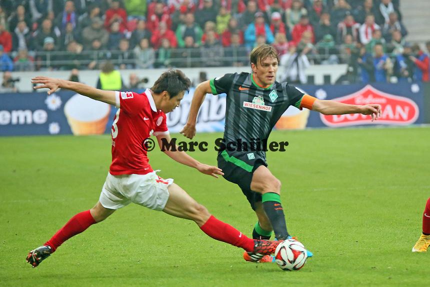 Clemens Fritz (Werder) gegen Ja-Cheol Koo (Mainz) - 1. FSV Mainz 05 vs. SV Werder Bremenl, Coface Arena