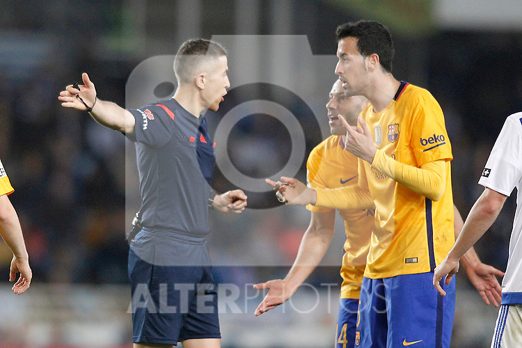 FC Barcelona's Javier Mascherano (c) and Sergio Busquets (r) have words with Spanish referee Iglesias Villanueva during La Liga match. April 9,2016. (ALTERPHOTOS/Acero)