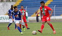 TULUA - COLOMBIA - 9-08-2015: Maximiliano Nunez jugador de Millonarios disputa el balon conJuan Roa de Cortulua  durante partido  por la fecha 5 de la Liga Aguila II 2015 jugado en el estadio Doce de Octubre. Maximiliano Nunez Juan Roaplayer of  Millonarios  fights the ball against of Cortulua during a match for the fifth date of the Liga Aguila II 2015 played at Doce de Octubre stadium in Tulua city. Photo: VizzorImage / Andrew Indell / Staff.