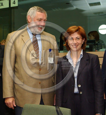 Brussels-Belgium - May 24, 2004---Elena ESPINOSA MANGANA (ri), Spanish Minister for Agriculture, Fisheries and Food, with Franz FISCHLER (le), EU-Commissioner in charge of Agriculture and Fisheries, at the beginning of the EU-Council 'Agriculture and Fisheries' at the 'Justus Lipsius', seat of the Council of the European Union in Brussels---Photo: Horst Wagner/eup-images