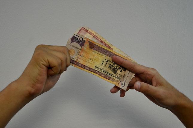 Imagen de billetes y monedas dominicana.Foto © Roberto Guzman
