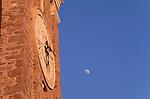 Clock, Uhr, Turm der St. Gerog Kirche, Tower of St, Gerorg church, Piran, Slovenija, Piran, Slowenien, Piran (italienisch Pirano) ist eine Stadt im äußersten Südwesten Sloweniens an der Küste des Adriatischen Meeres. Mit ihrer malerischen Lage, ihrer Altstadt und venezianischen Architektur ist die Stadt an der Slowenischen Riviera eines der bekanntesten Touristenzentren Sloweniens. Piran (Italian Pirano) is a town and municipality in southwestern Slovenia on the Adriatic coast along the Gulf of Piran.