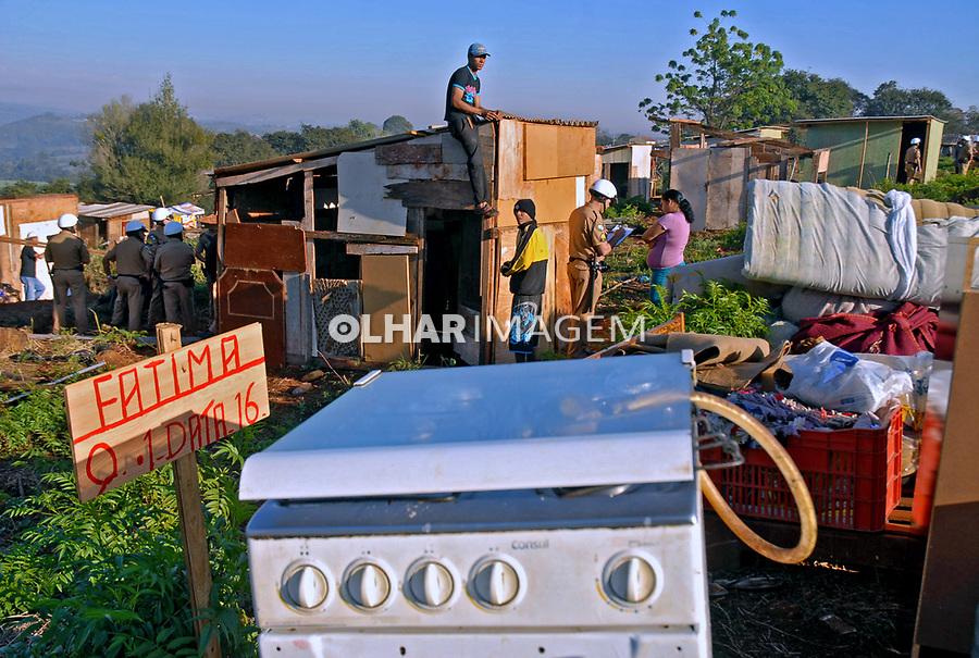 Despejo de familias em reintegraçao de posse no assentamento São Francisco de Salle em Londrina, Parana. 2011. Foto de Olga Leiria.