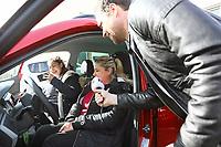 """Gewinnerin Teresa Piervenanzi-Ligorio setzt sich erstmals in ihr neues Auto, Tochter Louiza steigt auf den Beifahrersitz, Moderator Daniel Fischer interviewt die Gewinnerin - Weiterstadt 06.03.2019: FFH verschenkt im Rahmen der Aktion """"Jeden Tag ein Auto"""" ein Fahrzeug"""