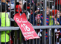 Fussball  1. Bundesliga  Saison 2016/2017  14. Spieltag  FC Bayern Muenchen - VfL Wolfsburg    10.12.2016 Ein Fan von Juan Bernat (FC Bayern Muenchen) bittet Bernat miot einem Plakat um sein Trikot