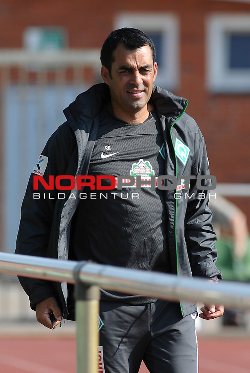27.08.2013, Platz 11, Bremen, GER, 1.FBL, Laktattest Werder Bremen, im Bild Robin Dutt (Trainer Werder Bremen)<br /> <br /> Foto &copy; nph / Frisch