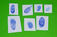Fingerabdruck, Fingerabdrücke mit einem Stempelkissen genommen, Sammlung verschiedener Abdrücke, sammeln, sichten, vergleichen