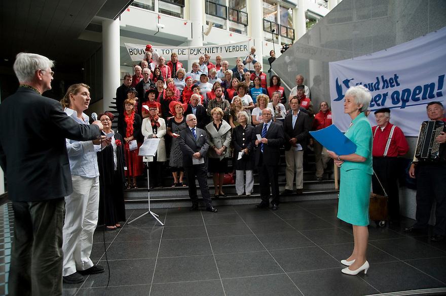 Nederland, Den Haag, 24 sept 2009.Vandaag werd minister Cramer van Milieu toegezongen door een 60 koppig koor van mannen en vrouwen van diverse organisaties die ertegen zijn dat er gebouwd gaat worden in het IJmeer. Het IJmeer moet open blijven. .Foto (c) Michiel Wijnbergh