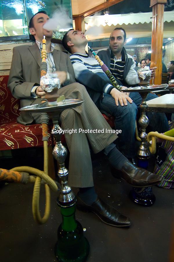 TURQUIA-ESTAMBUL.Turcos fumando una NARGILE  y tomando te  en una cafeteria de Estambul.foto JOAQUIN GOMEZ SASTRE©