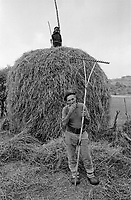 ROMANIA / Maramures / Poienile Izei / September 2002..A couple harvesting the last hay for the season. The village is one of the most traditional and remote in Europe according to American anthropologist Joel Marrant...© Davin Ellicson / Anzenberger..