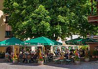 Austria, Tyrol, Reith im Alpbachtal: Kirchwirt's beer garden in village centre | Oesterreich, Tirol, Reith im Alpbachtal: Biergarten des Kirchwirts im Ortszentrum