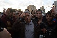 SAO PAULO 17 DE JUNHO DE 2013  - Reportes da Rede Globo são impedidos de trabalharem na manifestantes do Passe Livre se reunem para mais um protesto contra a tarifa de onibus na tarde desta segunda feira (17) no Largo da Batata.(Foto: Amauri Nehn/Brazil Photo Press)