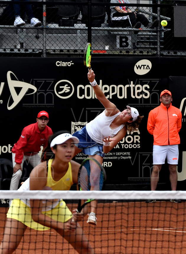 BOGOTÁ-COLOMBIA, 13-04-2019: Hayley Carter (EE. UU.) y Ena Shibahara (EE. UU.), juegan un punto en su partido contra Astra Sharma (AUS) y Zoe Hives (AUS), durante partido por la final de dobles del Claro Colsanitas WTA, que se realiza en el Carmel Club en la ciudad de Bogotá. / Hayly Carter (USA) and Ena Shibahara (USA), play a point in their match against Astra Sharma (AUS) y Zoe Hives (AUS), during the match for the doubles final of Claro Colsanitas WTA, which takes place at Carmel Club in Bogota city. / Photo: VizzorImage / Luis Ramírez / Staff.