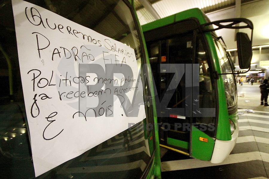 SÃO PAULO, SP, 21.05.2014 -GREVE DOS ONIBUS EM SÃO PAULO - Mais um dia de greve dos motoristas de onibus na cidade de São Paulo, na foto o terminal da Lapa Zona Oeste de São Paulo segue interditado . - (Foto: Aloisio Mauricio / Brazil Photo Press)